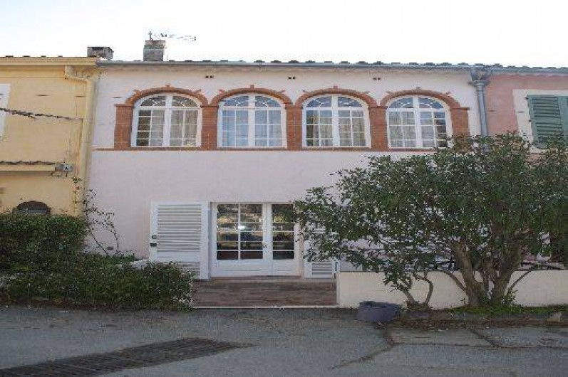 Location de vacances - Villa à Hyères - FACADE CÔTÉ PLACE