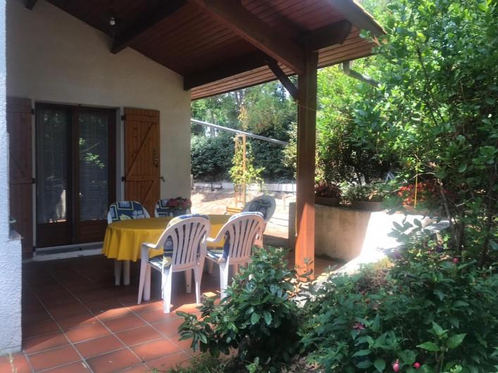 Location de vacances - Villa à Biscarrosse Plage - Terrasse couverte