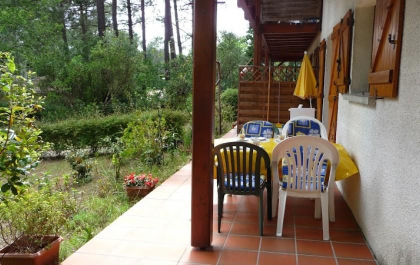Location de vacances - Villa à Biscarrosse Plage - Terrasse sud avec salon de jardin pour 7 personnes