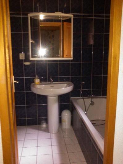 Location de vacances - Villa à Biscarrosse Plage - Salle de Bains 1 avec baignoire, Lavabos et WC