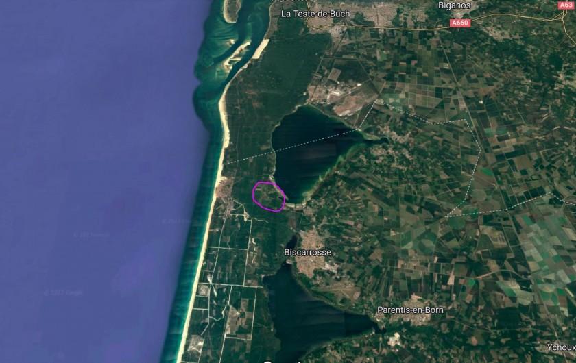 Location de vacances - Villa à Biscarrosse Plage - Terrasse couverte avec BBQ et salon de jardin pour 8 personnes