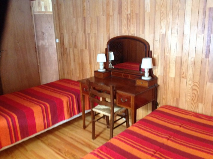Location de vacances - Appartement à Le Monêtier-les-Bains - Chambre  2 lits simples plus   1 lit d'enfant