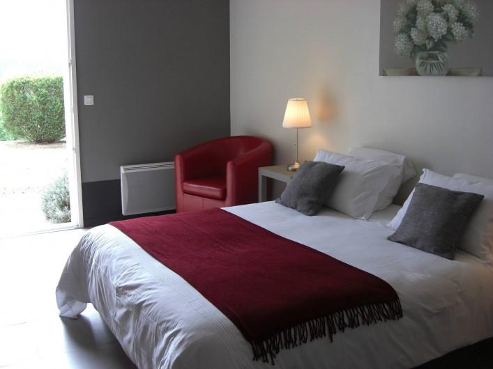 Location de vacances - Chambre d'hôtes à Sarlat-la-Canéda - Chambre GRISE RDC donnant sur le jardin