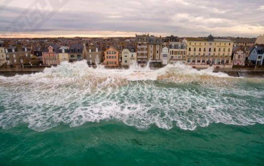 Location de vacances - Studio à Saint-Malo - grande marée sur la digue