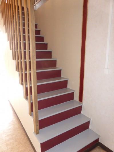 Location de vacances - Maison - Villa à Moncoutant-sur-Sèvre - Escalier d'accès à l'étage