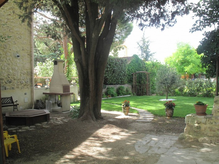 Location de vacances - Gîte à Lapalud - arrière du petit jardin donnant sur le parking privatif