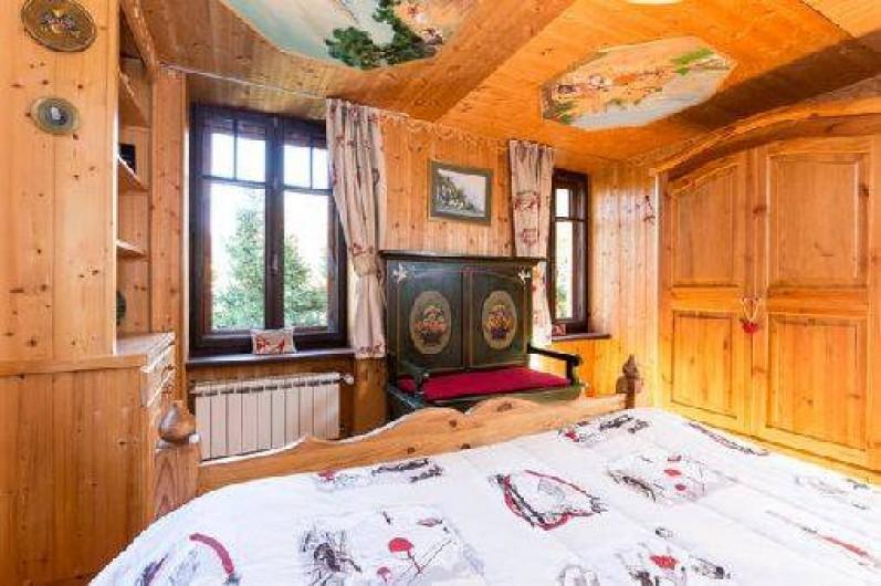 Location de vacances - Chalet à Chamonix-Mont-Blanc - chambre au rez-de-chaussée avec un lit extra large. Vue sur le Brévent