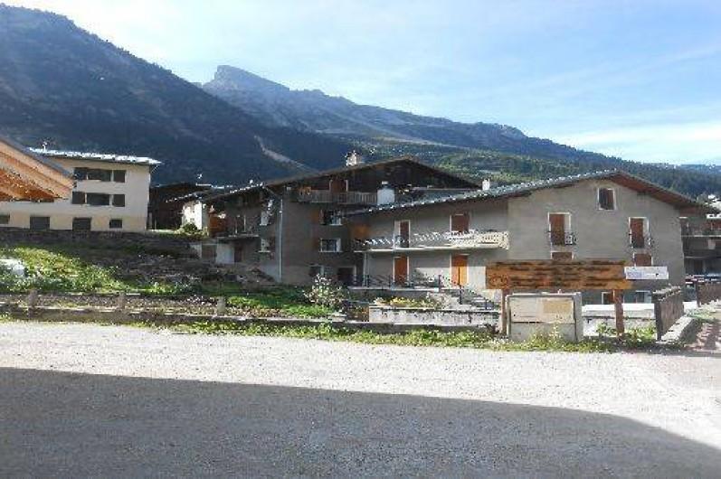 Location de vacances - Appartement à Pralognan-la-Vanoise - maison en 2èmè plan ; l'appartement est au deuxième étage avec le balcon