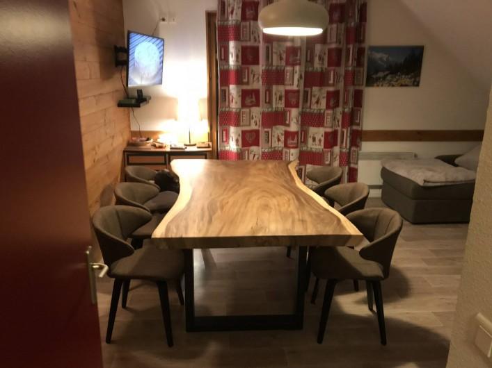 Location de vacances - Appartement à Saint-Sorlin-d'Arves - Table séjour