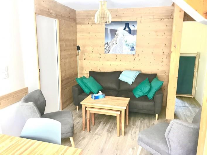 Location de vacances - Appartement à Saint-Sorlin-d'Arves - coin salon avec accès rangements et WC indépendants