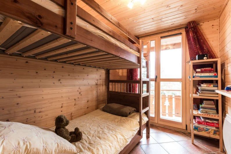 Location de vacances - Chalet à La Joue du Loup - Chalet Sylvaine - Chambre 3 avec lits superposés et porte fenêtre