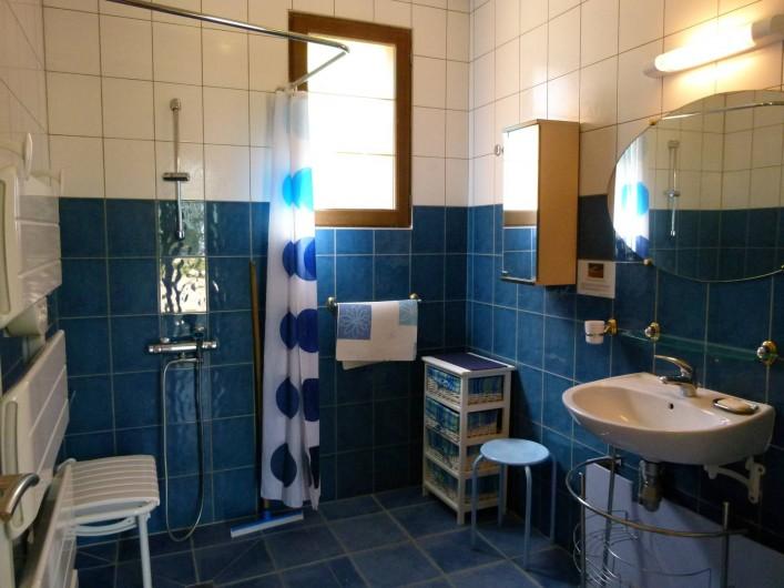 Location de vacances - Gîte à Outines - Salle de bains en rez-de-jardin adaptée au PMR