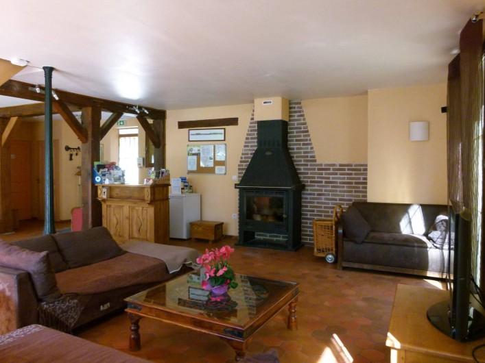 Location de vacances - Gîte à Outines - salon avec cheminée (poele à bois) et bar