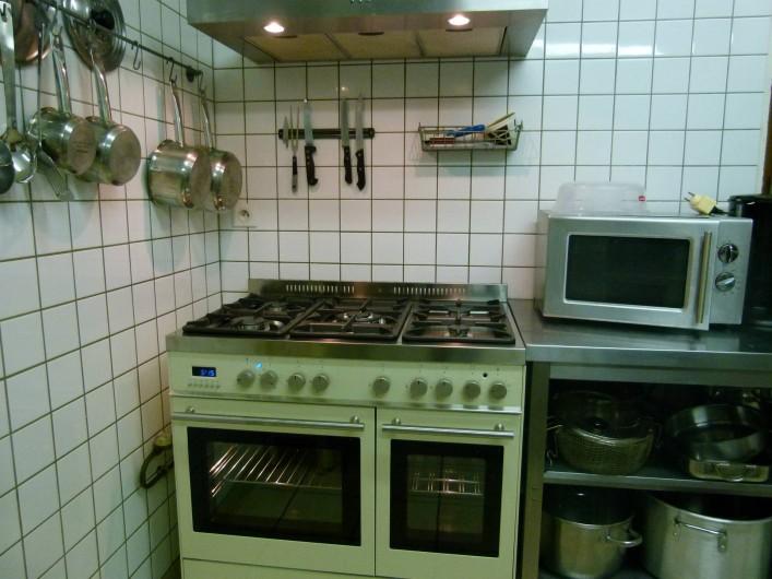 Location de vacances - Gîte à Outines - Cuisine professionnelle tout inox avec piano 5 feux 2 fours électriques