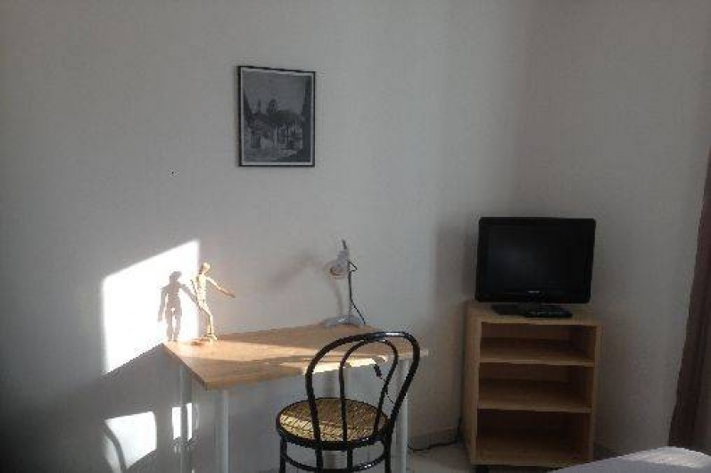 Location de vacances - Gîte à Corgnac-sur-l'Isle - Coin bureau avec TV dans chambre 1