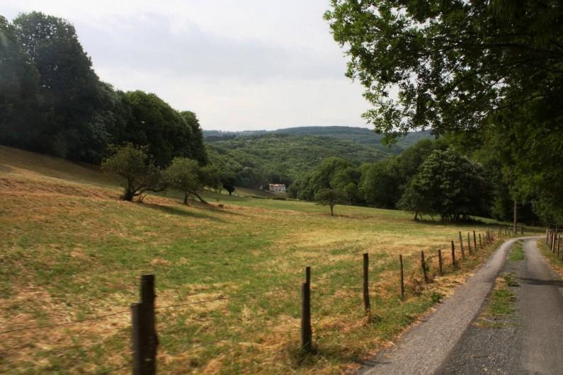 Location de vacances - Mas à Courniou - Vue de loin, chemin d'accès