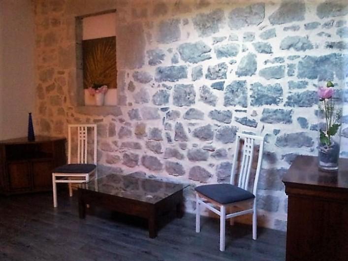 Location de vacances - Gîte à Saint-Alban-Auriolles - chambre parentale vue en face du lit