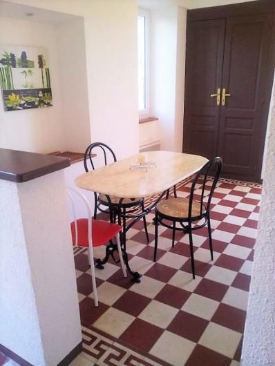 Location de vacances - Gîte à Saint-Alban-Auriolles - coin repas cuisine