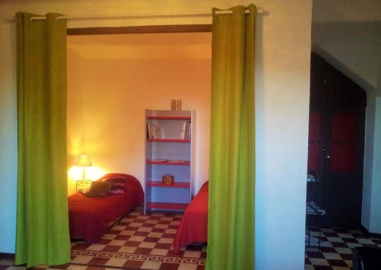 Location de vacances - Gîte à Saint-Alban-Auriolles - chambre 2 lits de 90cm
