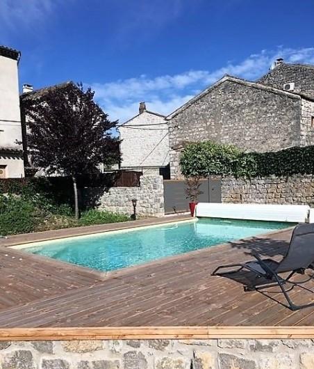 Location de vacances - Gîte à Saint-Alban-Auriolles - piscine entrée portail