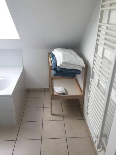 Location de vacances - Maison - Villa à Souvigny-de-Touraine - Salle de bain avec table à langer