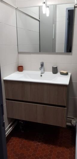 Location de vacances - Appartement à Le Barcarès - évier salle de bain