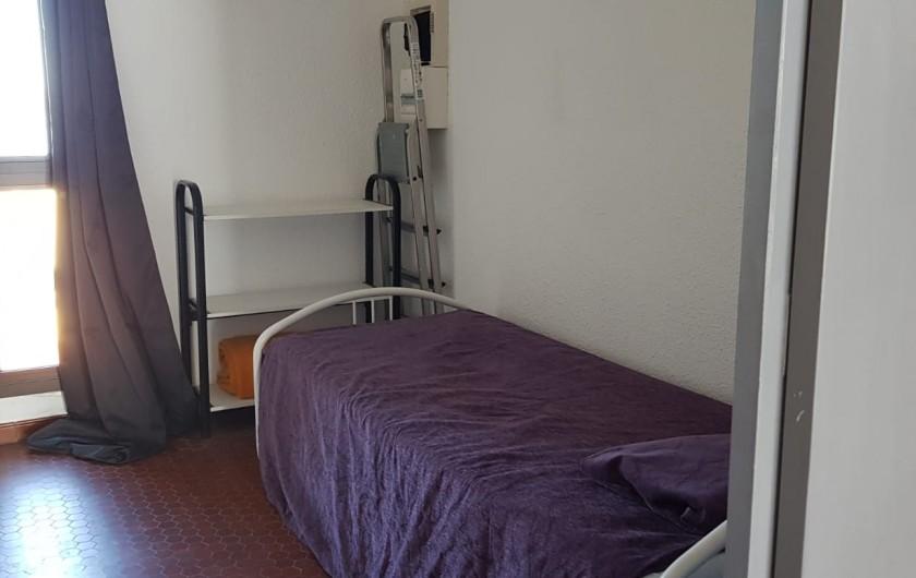 Location de vacances - Appartement à Le Barcarès - 2 lits gigognes dans l'entrée pièce fermée par une porte coulissante