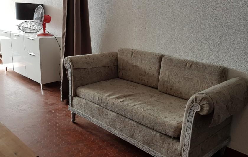 Location de vacances - Appartement à Le Barcarès - canapé avec 1 couchage pièce qui peut être isolée