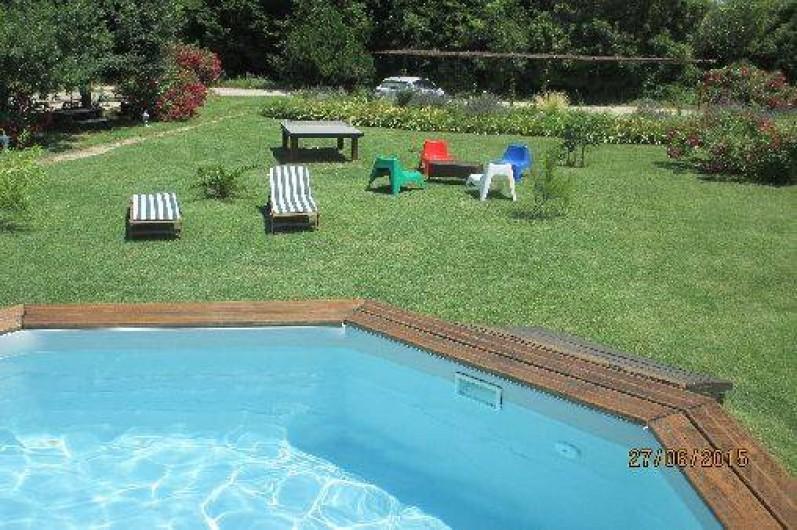 Location de vacances - Gîte à Salon-de-Provence - La piscine, la table de ping pong et les fauteuils dans le jardin