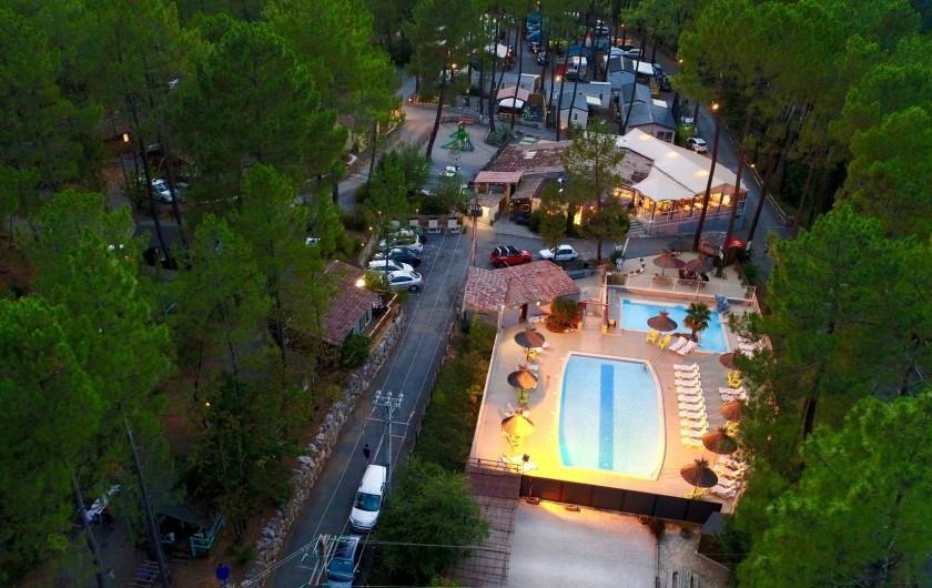 Location de vacances - Camping à Joyeuse - Vue aérienne - Nos piscines la nuit