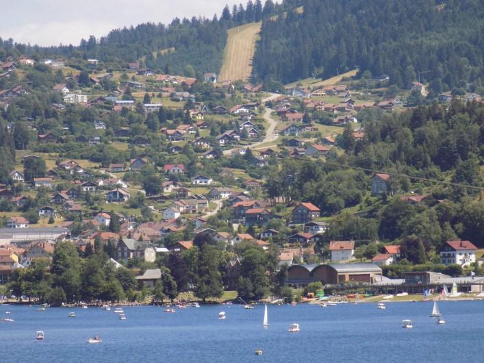 Location de vacances - Chalet à Gérardmer - Vue de la montagne vers La Bresse, au milieu piste de ski artificielle