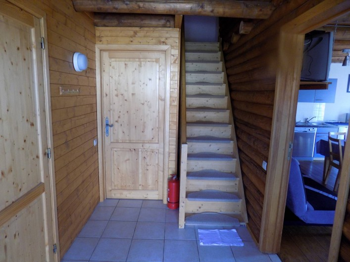 Location de vacances - Chalet à Gérardmer - L'entrée avec l'escalier, à gauche, la salle de bains et devant la chambre rez