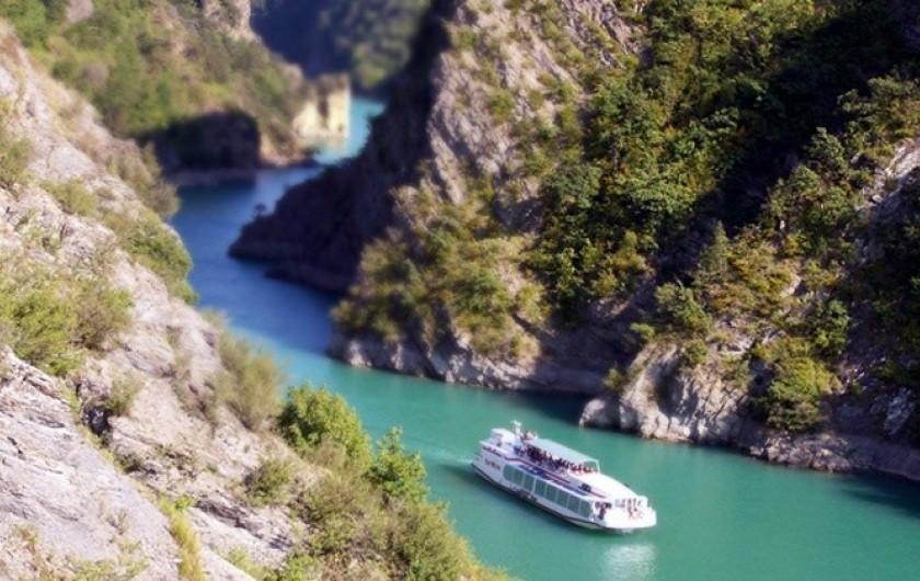 Location de vacances - Villa à Pierre-Châtel - visite en  bateau du lac de Monteynard avec la Mira