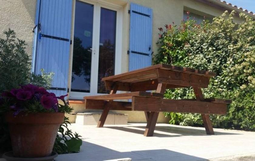 Location de vacances - Gîte à Rieux-en-Val - Terrasse privative du gite Carignan avec vue sur jardin et piscine