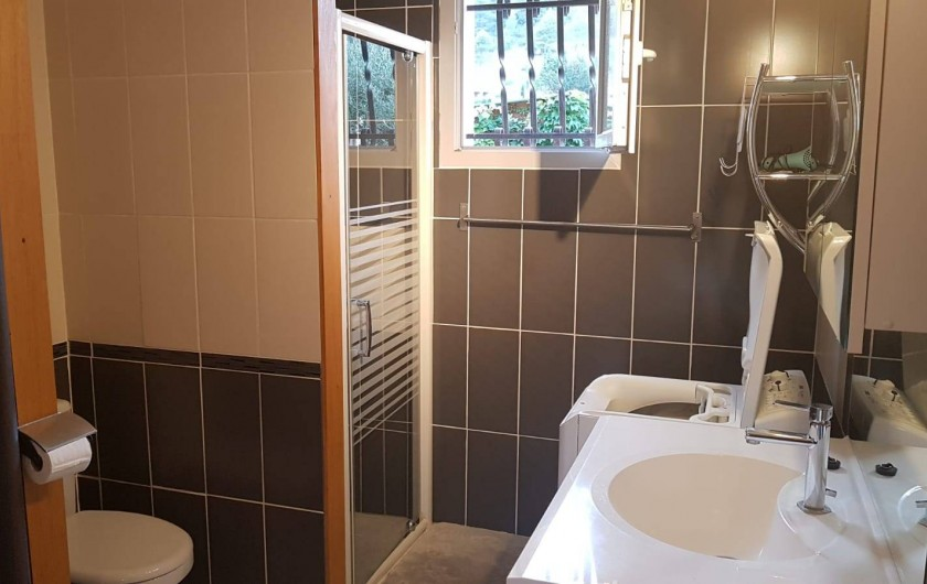 Location de vacances - Gîte à Rieux-en-Val - Salle de bain et wc du gite grenache