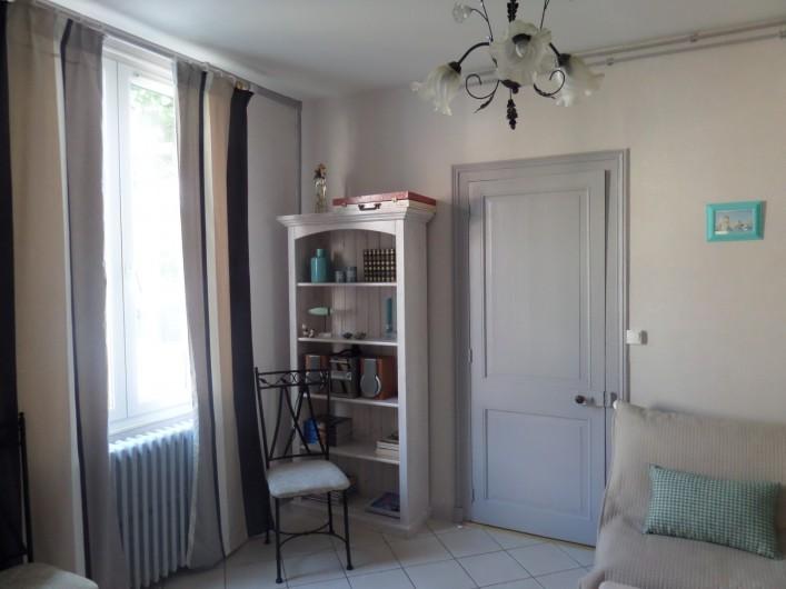 Location de vacances - Villa à Châtelaillon-Plage - Salon, bibliothèque, jeux de société, TV écran plat, DVD, chaîne Hifi