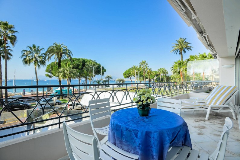 Location de vacances - Appartement à Cannes - Terrasse avec magnifique vue sur la mer et la Croisette à CANNES