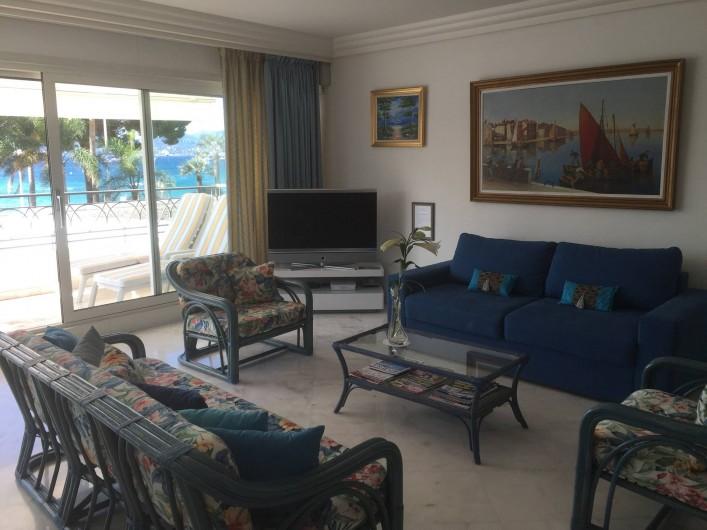 Location de vacances - Appartement à Cannes - Salon avec vue sur la mer