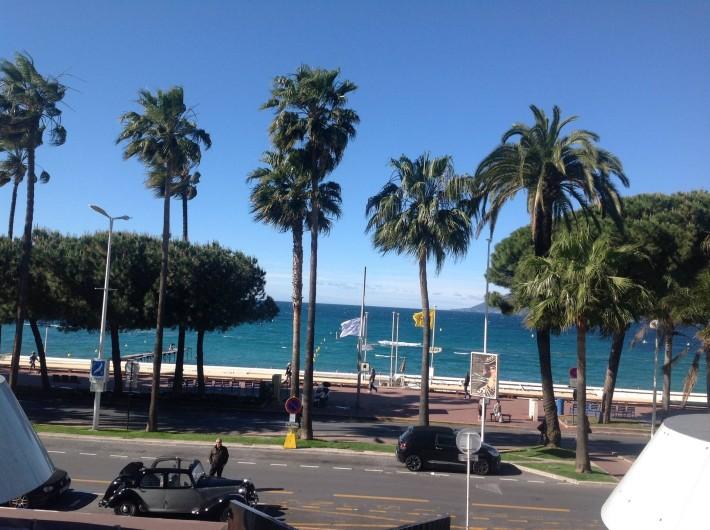 Location de vacances - Appartement à Cannes - Encore une vue de la terrasse sur la mer et la Croisette