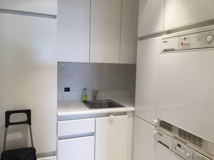 Location de vacances - Appartement à Cannes - Pièce de service avec lave-linge, sèche-linge, second frigidaire, congélateur
