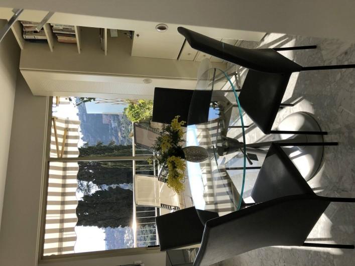 Location de vacances - Appartement à Menton - coin repas 4/  6 places  table modulable