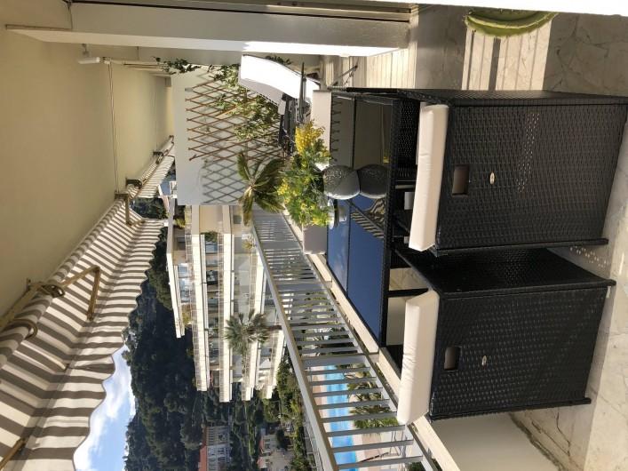 Location de vacances - Appartement à Menton - vue montage et piscine