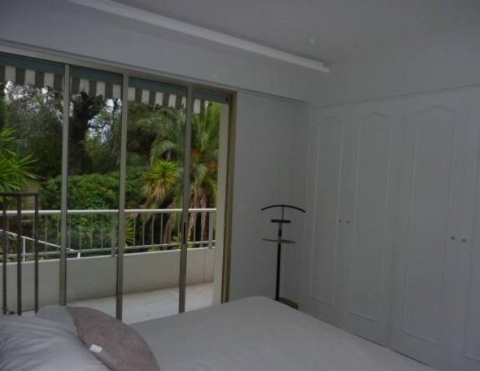 Location de vacances - Appartement à Menton - vue de la chambre
