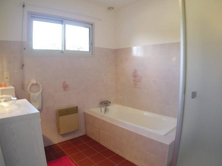 Location de vacances - Maison - Villa à Fouesnant - SdBains avec baignoire, douche et une vasque. WCs séparés au RdCh