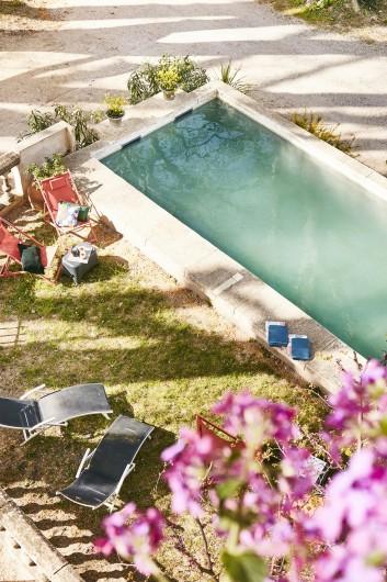 Location de vacances - Gîte à Uchaux - La piscine/bassin. L'eau vient de la source elle est donc rafraichissante !