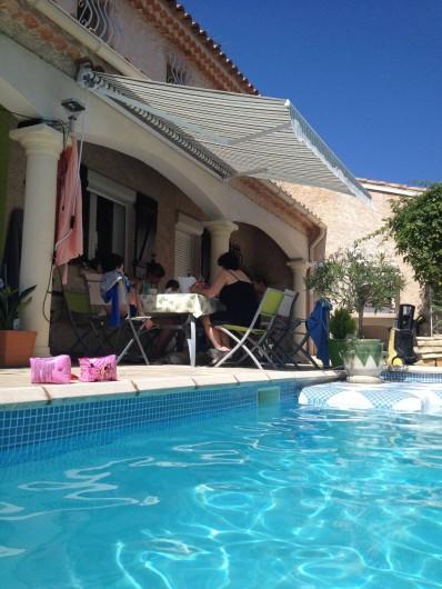 Location de vacances - Villa à Fréjus - TERRASSE AVEC TABLE