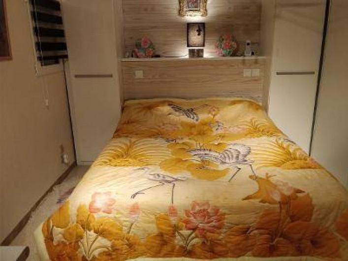 """Location de vacances - Villa à Fréjus - mezzanine avec lit 2 pers 160 cm avec accès salle d eau """" douche, lavabo , wc """""""