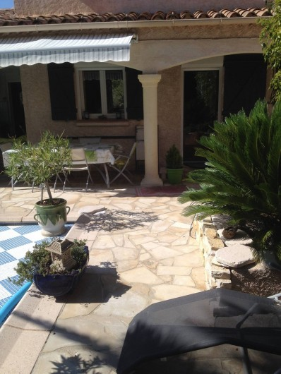 Location de vacances - Villa à Fréjus - terrasse avec table 8 pers