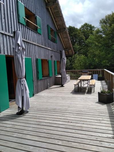 Location de vacances - Chalet à Saint-Maurice-sur-Moselle - GRANDE TERASSE AVEC BARBECUE / TABLES /PARASOLS et CHAISES LONGUES