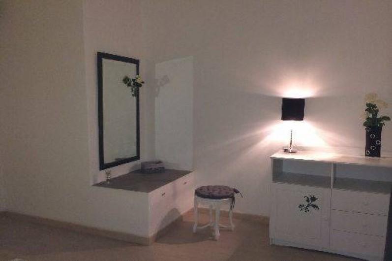 Location de vacances - Mas à La Croix-Valmer - Chambre parentale - placards - TV